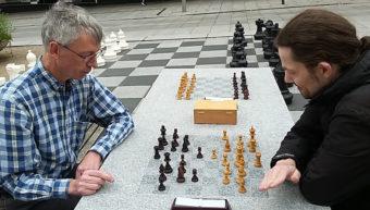 Spil skak udendørs